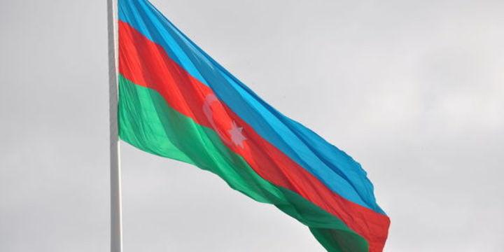 Azerbaycan dalgalı kura geçti, manat % 48 değer kaybetti