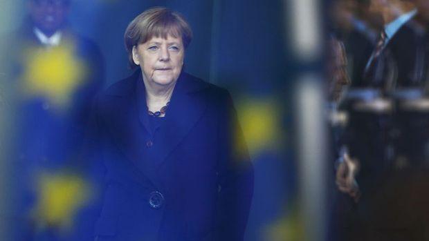 Merkel'in danışmanları 2016 büyüme beklentisini düşürdü