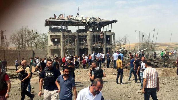 Diyarbakır'da polise bombalı araçla saldırı: 7 şehit, 45 yaralı