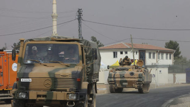 Tanklar ve iş makinaları Karkamış'tan Suriye tarafına geçti