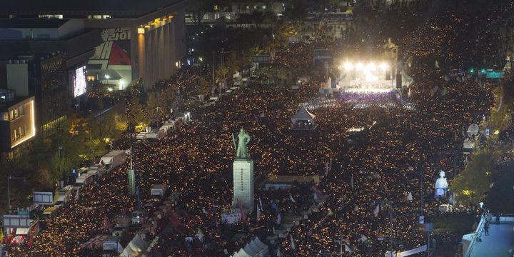 Güney Kore'de onbinler sokağa döküldü