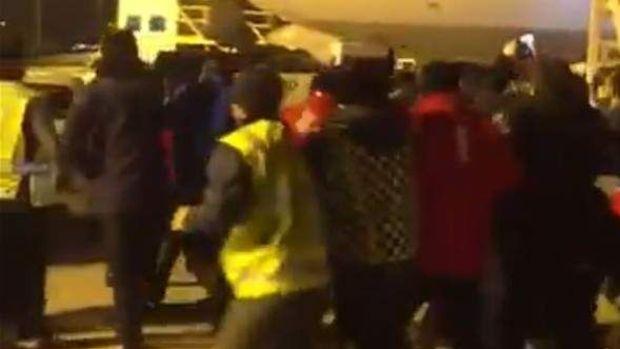 Modacı Barbaros Şansal'a havalimanında saldırı