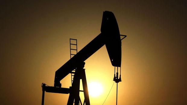 Petrol arz kısıntıları ile 53 doların üzerinde seyretti