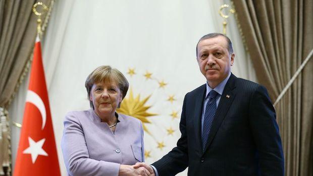 Merkel'in sözcüsü: İki ülke ilişkileri soğukkanlı yürütülmeli