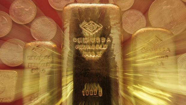 Altın bir ayın en yüksek seviyesi yakınında tutundu