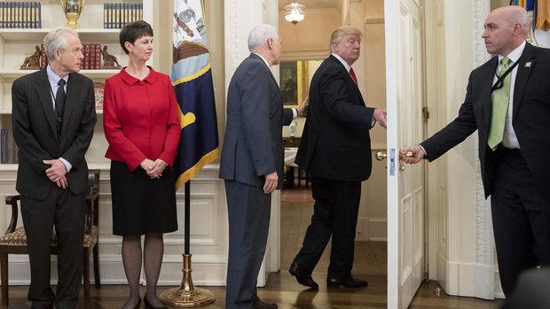 Trump Oval Ofis'i ani bir şekilde terk etti