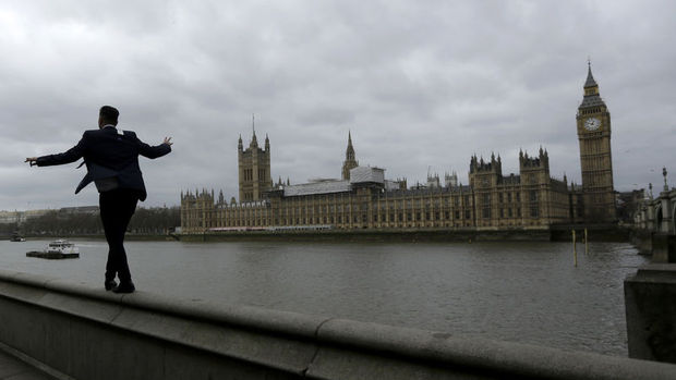 İngiltere'de ana muhalefet ile iktidar partisi arasındaki fark azalıyor