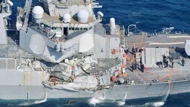 ABD destroyeri ile yük gemisi çarpıştı: 7 ölü