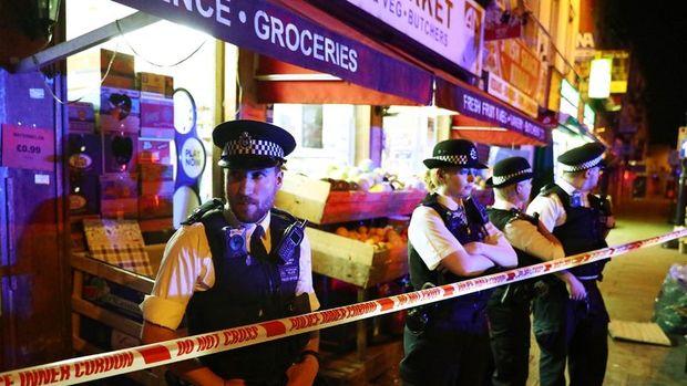 Londra'da bir camii yakınında kamyonet yayaların arasına daldı