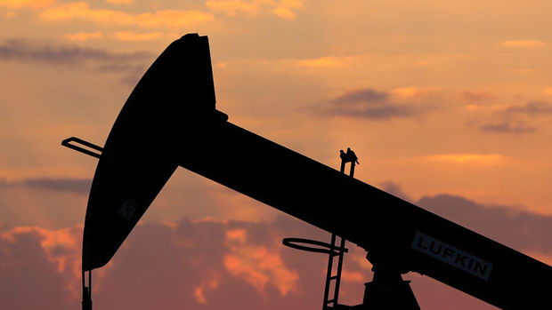 Petrol arz endişeleri ile kayıplarını korudu