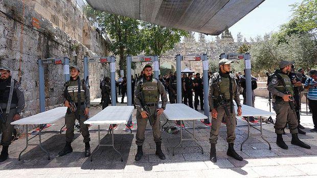 İsrail Mescid-i Aksa'nın kapılarındaki dedektörleri kaldırıyor