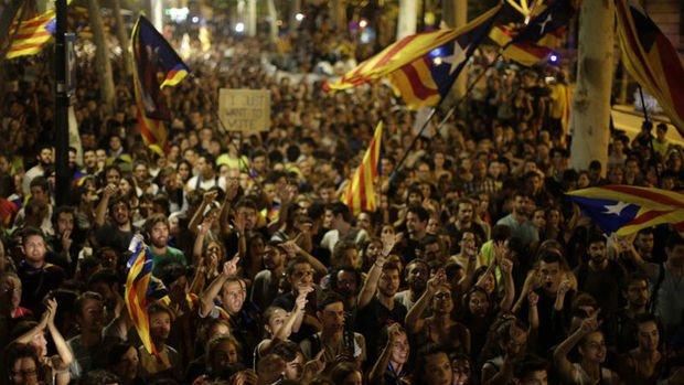 İspanya'da gerilim tırmanıyor: Katalanlar geceyi sokakta geçirdi