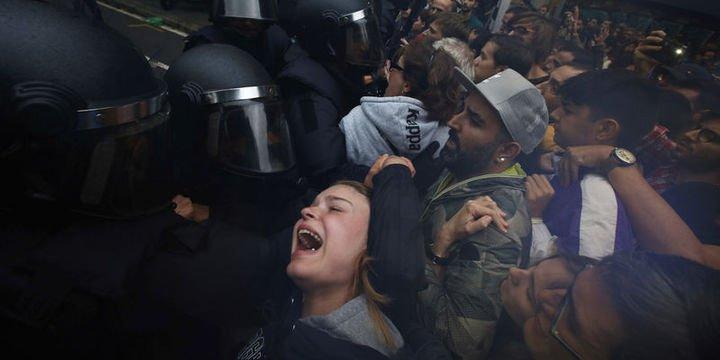 İspanya polisi sandıklara el koyuyor