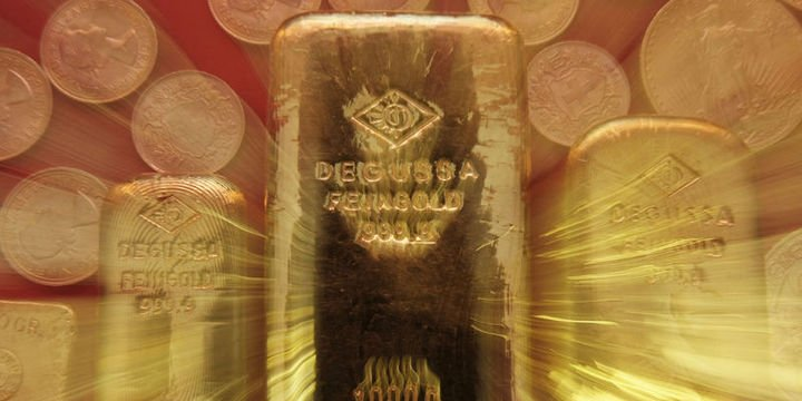 Altın Fed tutanakları öncesi 2 haftanın zirvesi yakınında tutundu