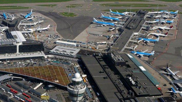 Hollanda Schiphol Havaalanında bıçaklı bir kişi polis tarafından vuruldu