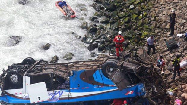 Peru'da otobüs kayalıklara yuvarlandı: 48 yolcu hayatını kaybetti