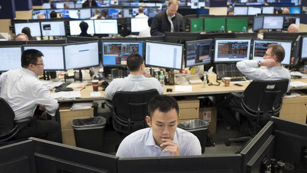 Küresel Piyasalar: Dolar güçlenirken hisse senetleri yükseldi, Bitcoin sert düştü