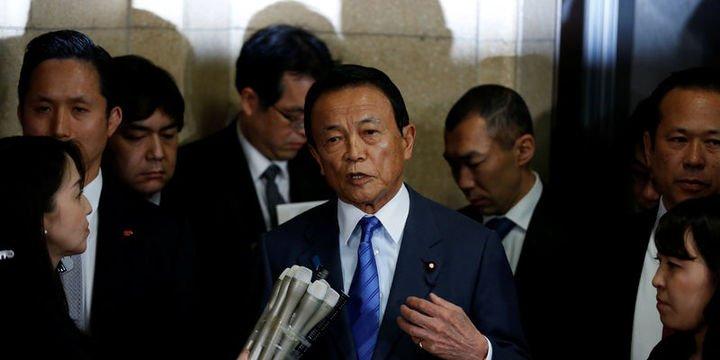 """Japonya Maliye Bakanı """"arazi satışı skandalı"""" sonrası istifa etmeyi reddetti"""