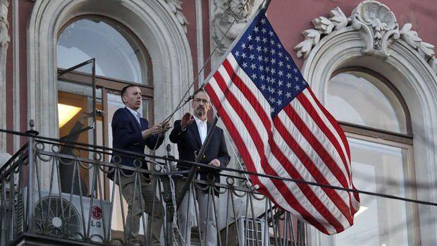 St. Petersburg Başkonsolosluğu'ndaki ABD bayrağı indirildi