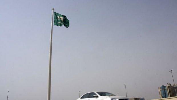 Riyad'da peş peşe patlama sesleri duyuldu