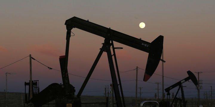 Petrol artan stokların İran haberlerini dengelemesi ile tutundu