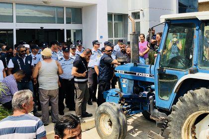 KKTC'de çiftçiler yeme gelen zammı protesto ediyor