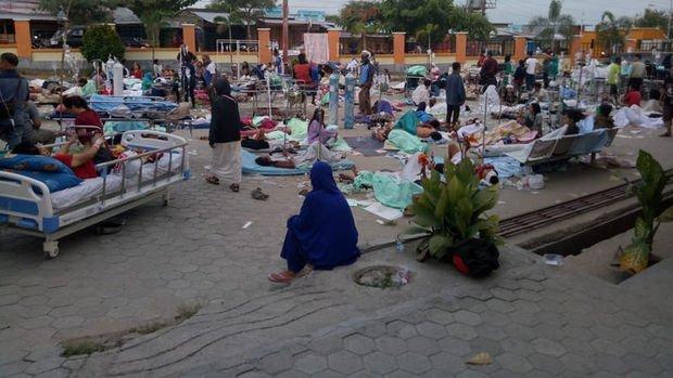 Deprem ve tsunamiyle sarsılan Endonezya'da ölü sayısı artıyor