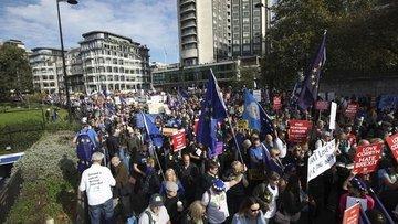 Yüzbinlerce AB yanlısı İngiliz referandum talebiyle sokak...