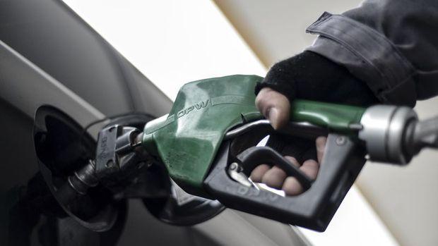Benzinin litre fiyatında 8 kuruş indirim
