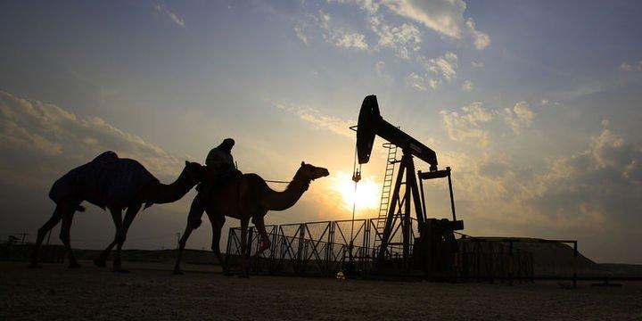Petrol ticaret savaşı ve stok endişeleri ile kayıplarını korudu