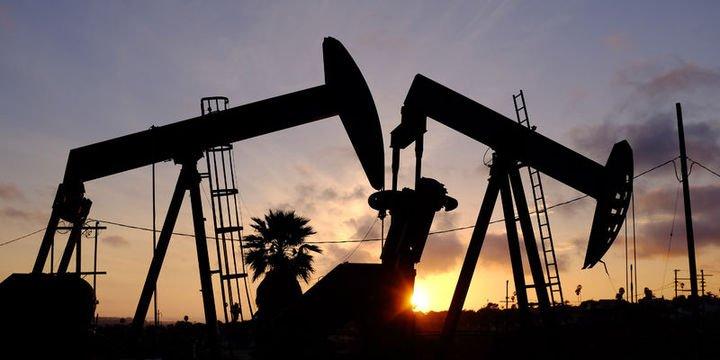 Petrol arz bolluğu endişesi ve güçlü dolar ile kayıplarını sürdürdü