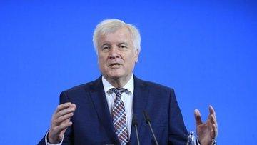 Almanya İçişleri Bakanı Seehofer CSU'nun liderliğini bıra...