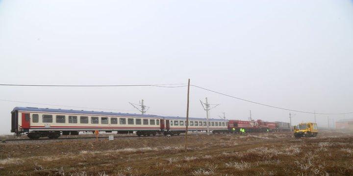 Yük treni ile yolcu treni çarpıştı: Yaralılar var