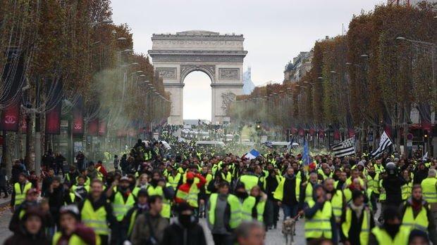 Fransa Başbakanı benzinde vergi artışının durdurulduğunu duyurdu
