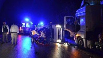 Çanakkale'de işçileri taşıyan minibüs ile TIR çarpıştı