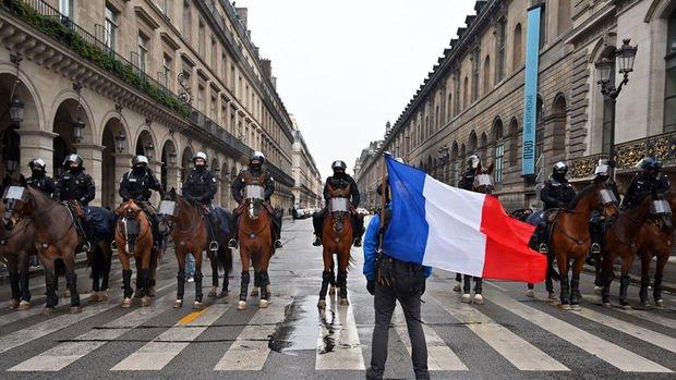 Fransadaki gösterilerde ölü sayısı 10'a yükseldi