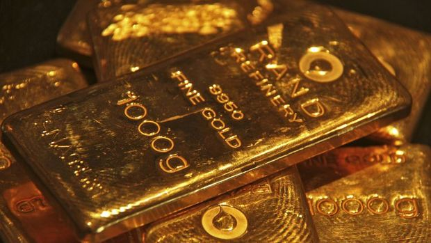 Altın ticaret görüşmeleri öncesi dolardaki yükselişle düştü