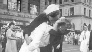 """""""Tarihi öpücük"""" fotoğrafındaki ABD askeri hayatını kaybetti"""