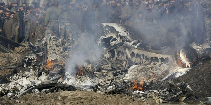 Pakistan: İki Hindistan savaş uçağı vuruldu