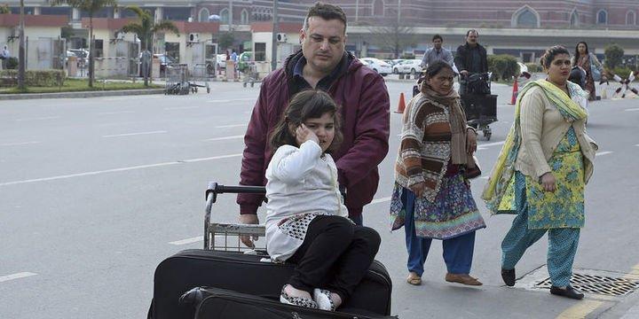Hindistan kapatılan havaalanlarını yeniden açtı