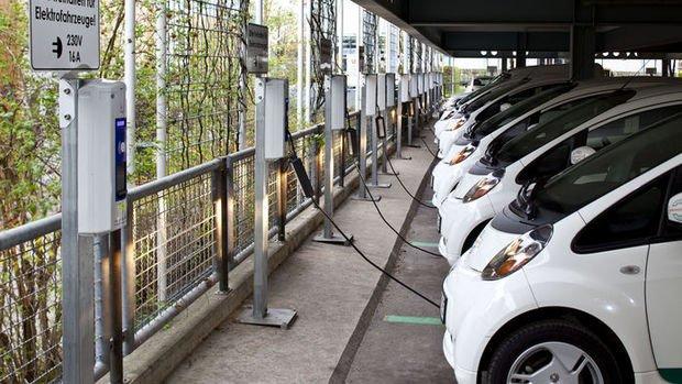 Alman otomobil devleri elektrikli otomobile 60 milyar euro yatırım yapacak