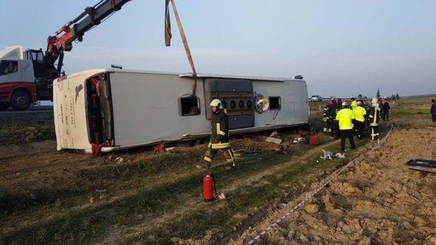 Denizli'de yolcu otobüsü devrildi:2 ölü 20 yaralı