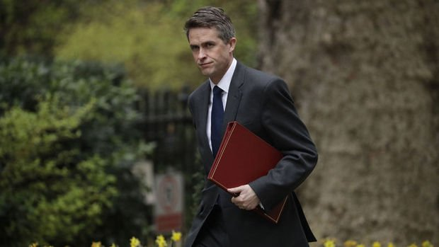 İngiltere Savunma Bakanı Huawei'ye bilgi sızdırdığı iddiasıyla görevden alındı