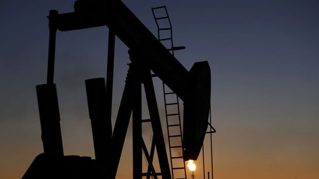 Petrol hafif yükselmesine rağmen 54 doların altında kaldı