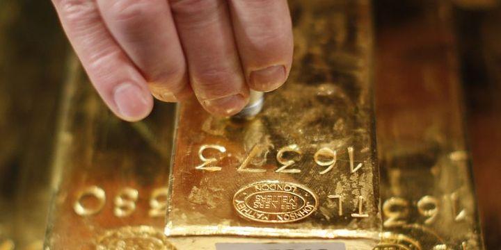 Altın dikkatlerin ticaret görüşmelerine çevrilmesi ile düştü