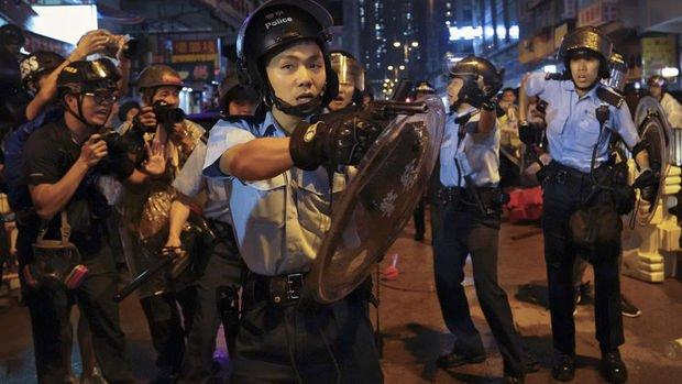 Hong Kong'da polis ilk kez silah çekip TOMA kullandı