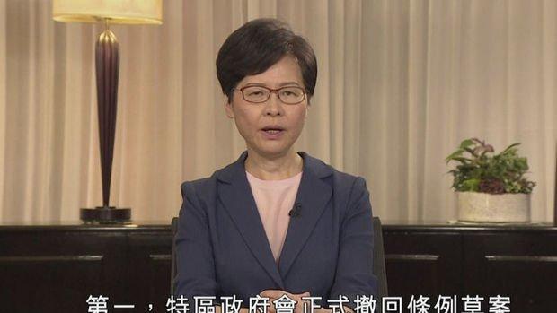 Hong Kong'da protestocular taleplerini genişletiyor