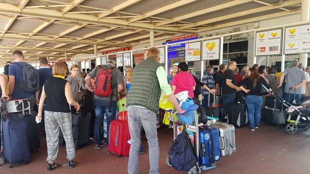 Thomas Cook'un misafirlerinden 1050 turist Antalya'dan gönderildi