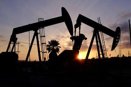 Petrol zayıf küresel ekonomik görünüm ile yatay...