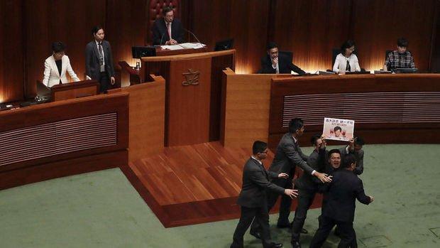 Hong Kong'da meclis oturumu protestolar nedeniyle iptal edildi